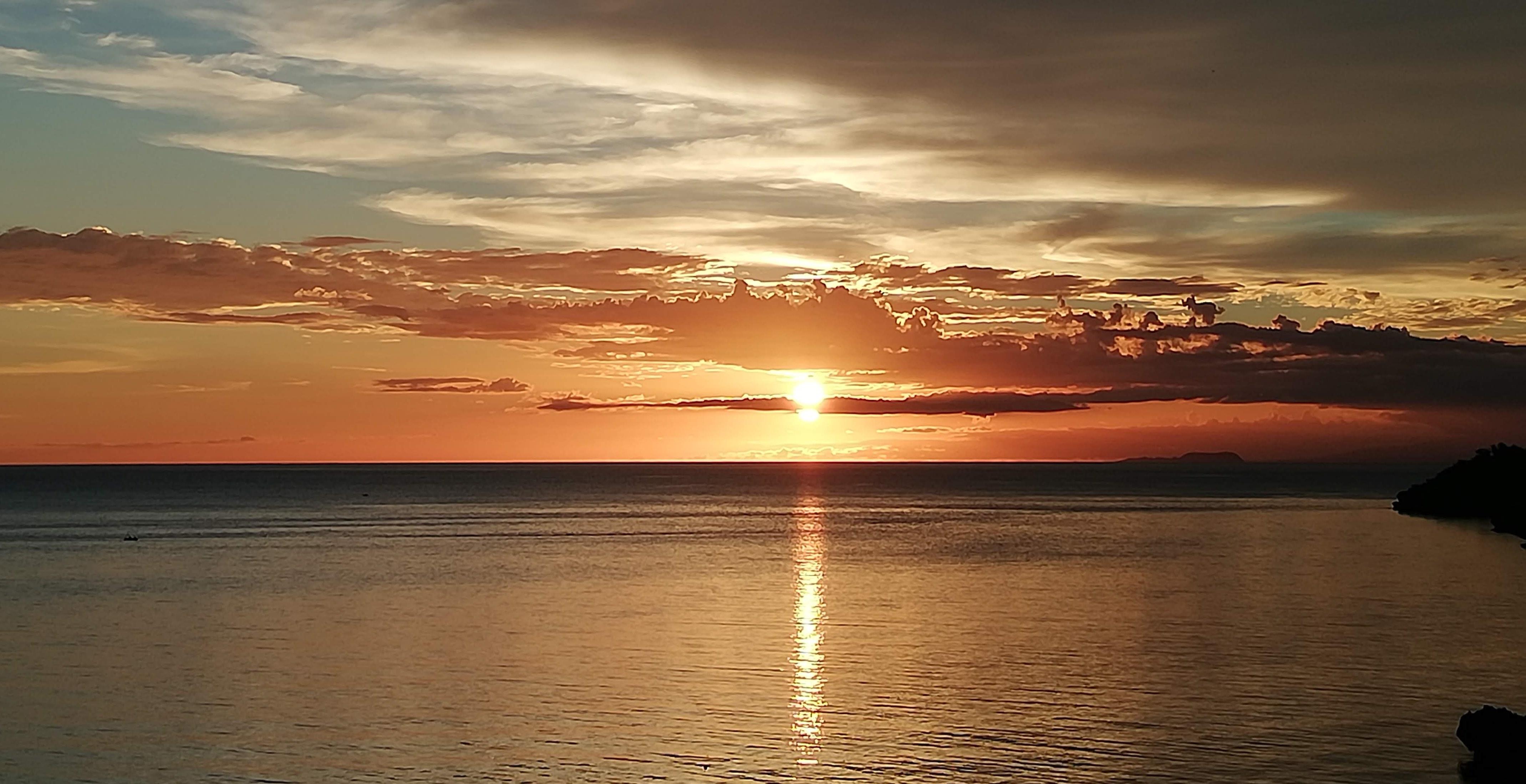 De zon in de zee zien zakken