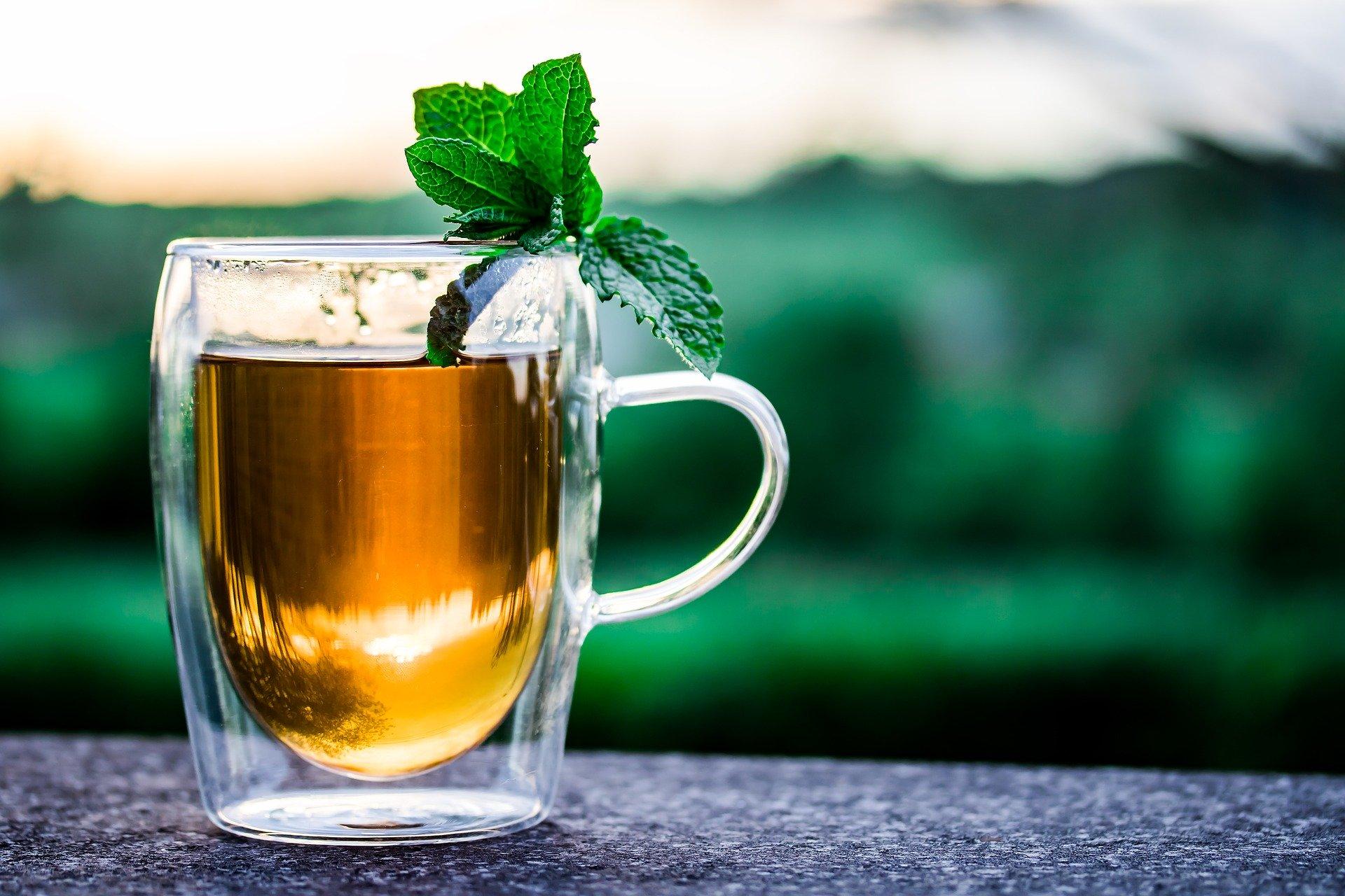 Koud water of hete thee? Wat is beter bij mooi weer?